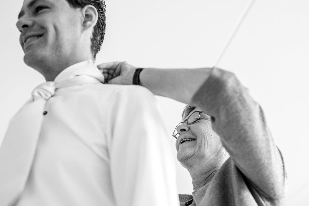 aankleden bruidegom trouwfotograaf zegveld