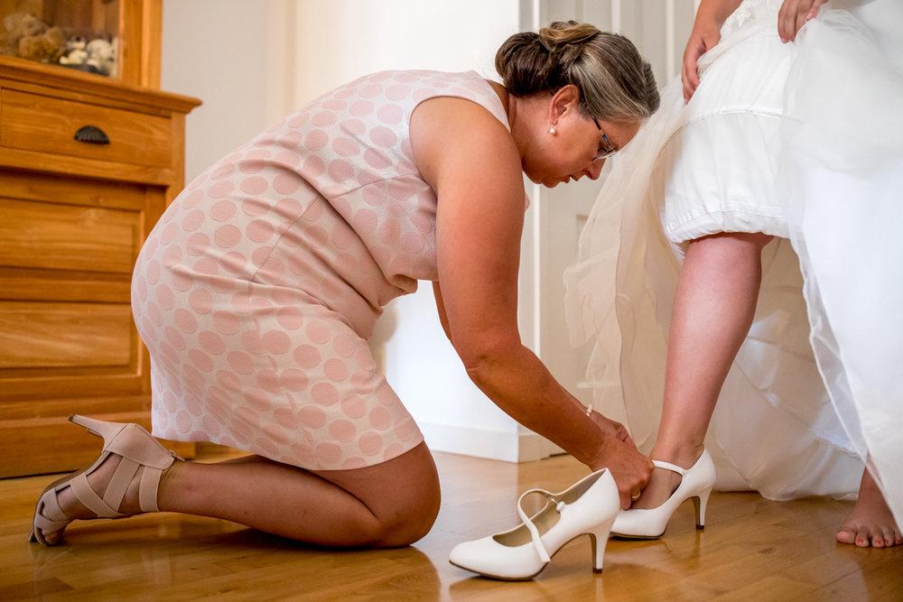 aankleedmoment bruid bruidsschoenen