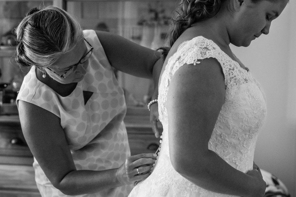 moeder en bruid aankleden