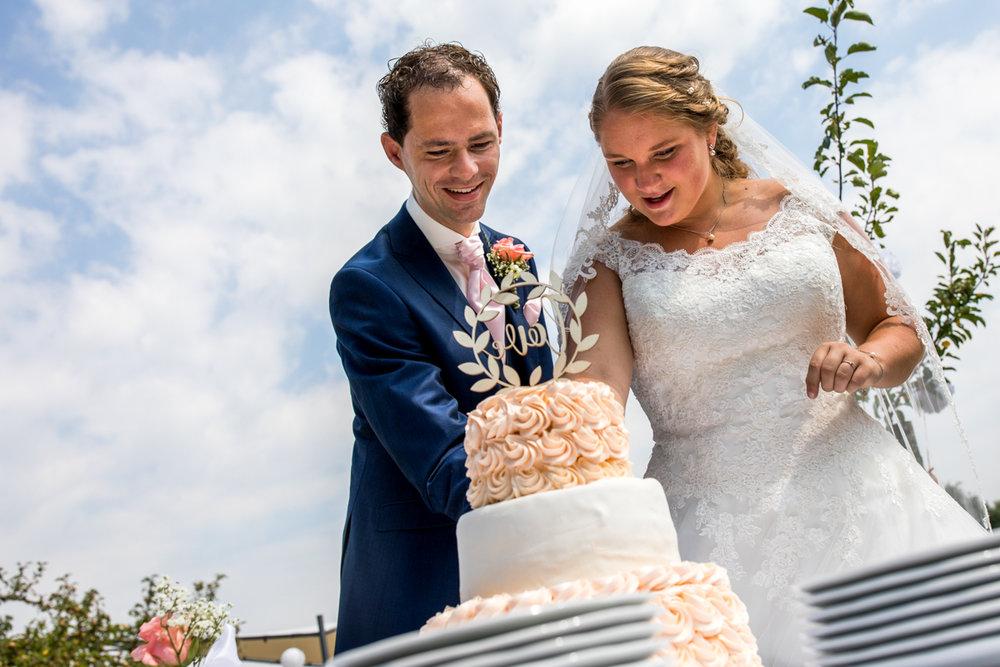 aansnijden bruidstaart trouwfotograaf