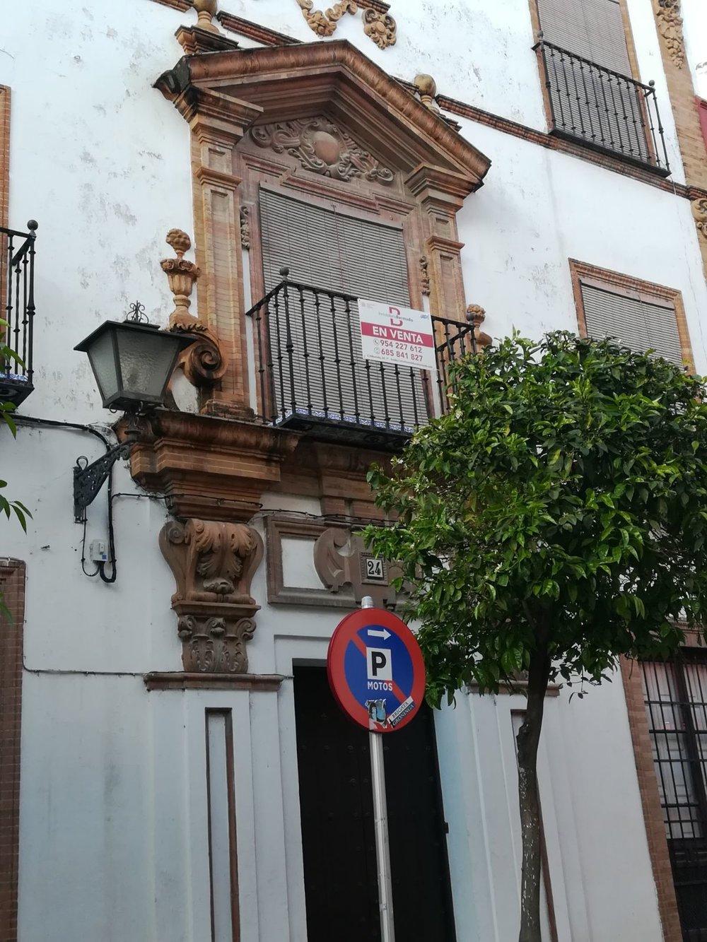 Balcon fachada con cartel.jpg