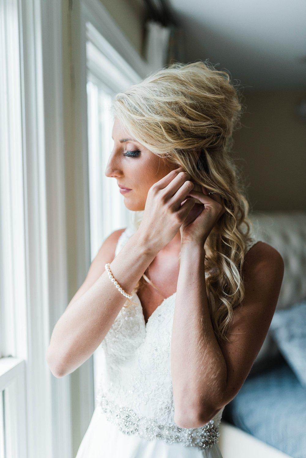 BRIDE GETTING READY | ELEGANT SPRING WEDDING AT THE SONNET HOUSE | TJ & SHELBY | JOHNSON WEDDING