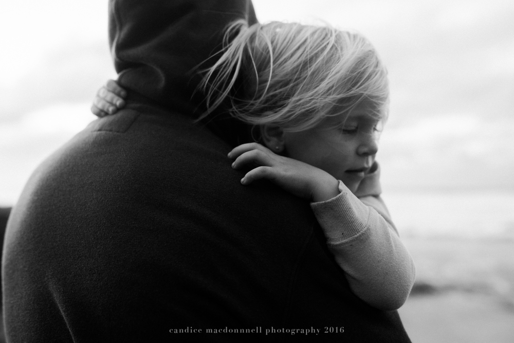 little girl with daddy at kaena point beach lifestyle photography by candice macdonnell photography, oahu hawaii documentary photographer