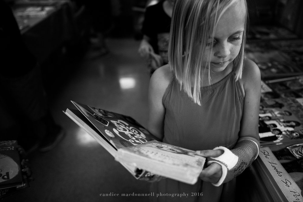 child with arm cast at bookfair lifestyle photographer oahu hawaii