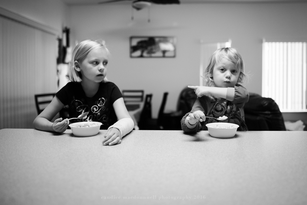 kids pointing fingers at breakfast documentary family photographer oahu hawaii