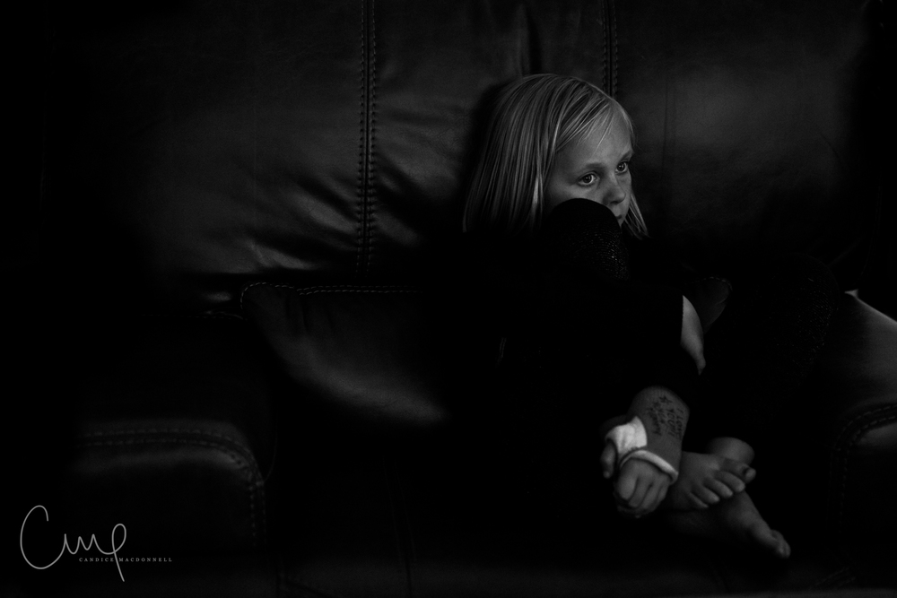 girl on couch with cast oahu hawaii photographer
