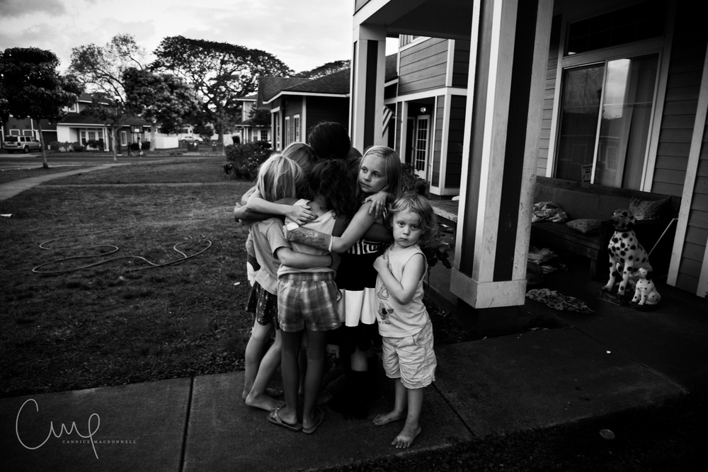 kids hugging goodbye military moves oahu hawaii family lifestyle photographer