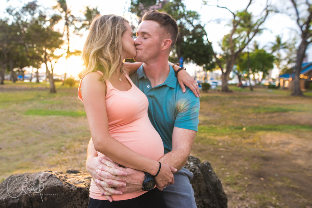 kissing maternity photo honolulu hawaii lifestyle photograher