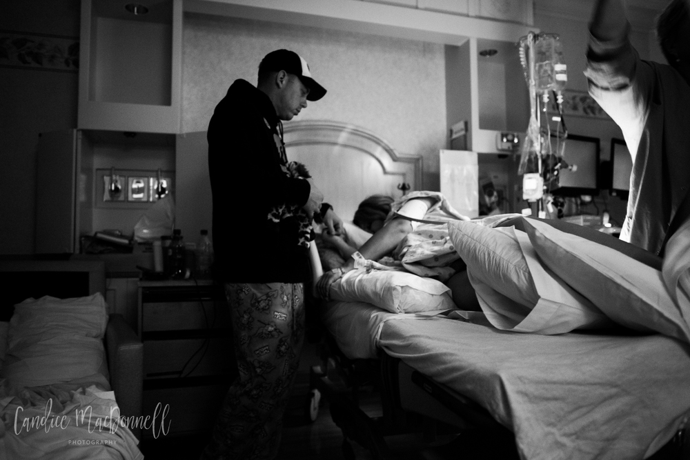 dad and mom in labor at queens honolulu oahu hawaii birth photography