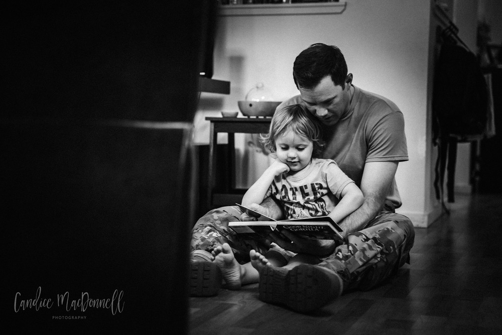 dad-reading-to-little-boy-oahu-lifestyle-photographer