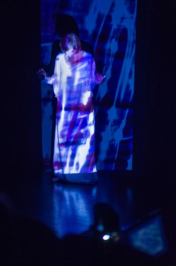 Foto: Vesna Spreitzer v performansu Razvezana tišina, arhiv Performe