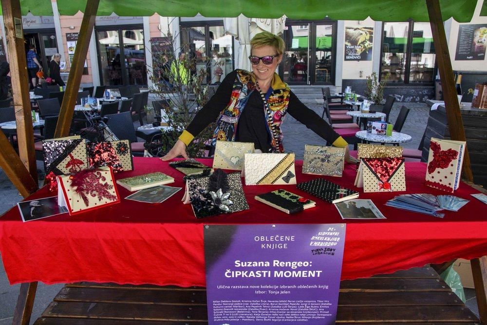 Modna oblikovalka  Suzana Rengeo  pred razstavo oblečenih knjig / foto: Kristijan Robič