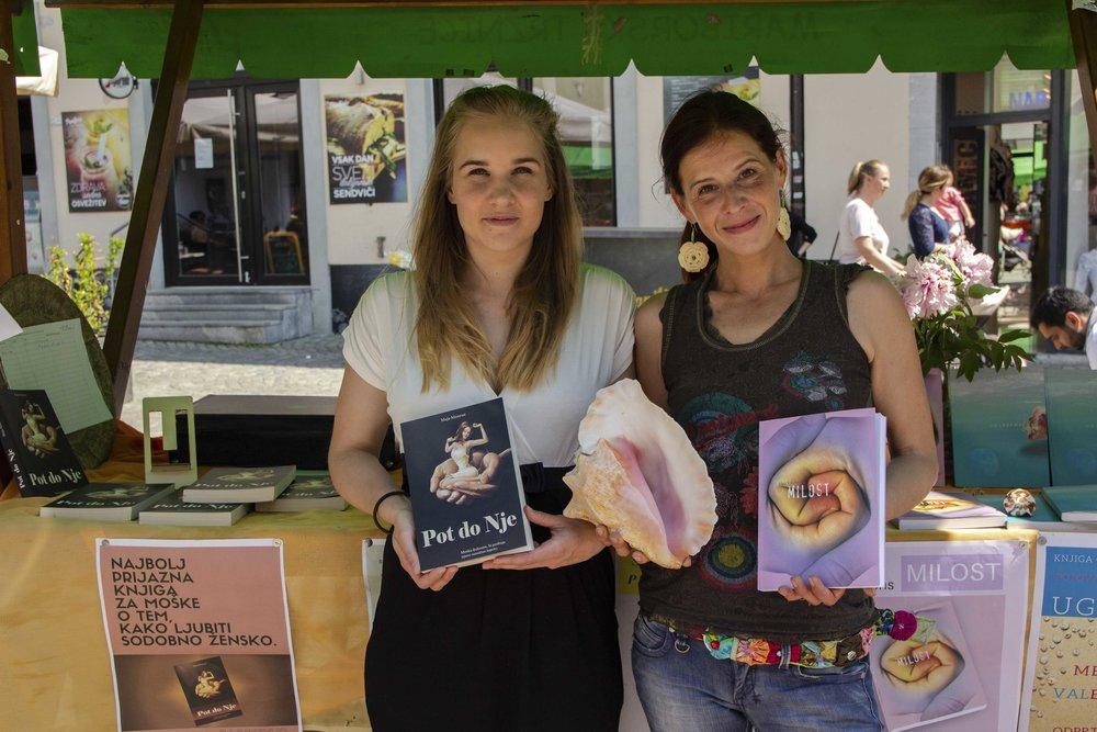 Pisateljici  Maja Monrue  in  Mea Valens  pred svojo stojnico / foto: Kristijan Robič