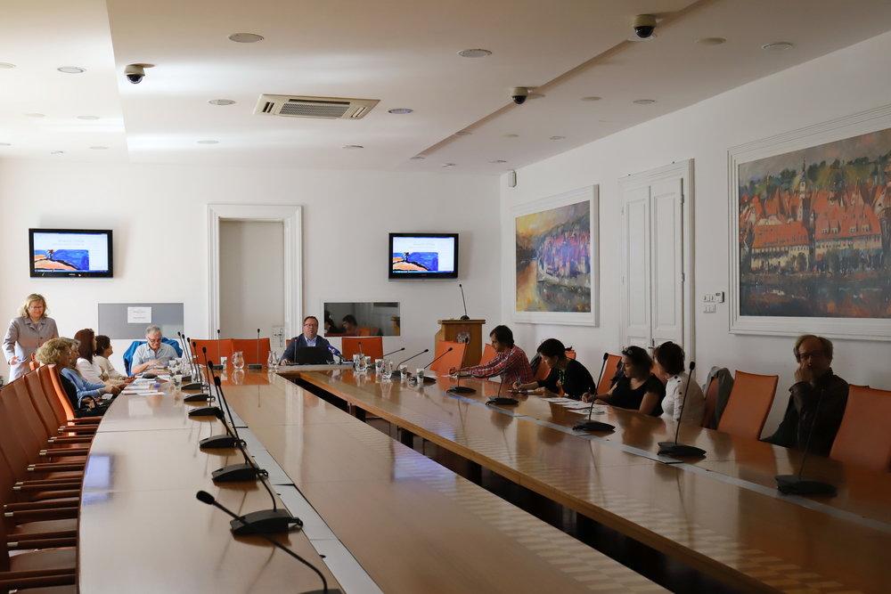 udeleženci predstavitve projekta mala KNJIGA – VELIKA vsebina v  veliki dvorani generala Maistra  v MO Maribor