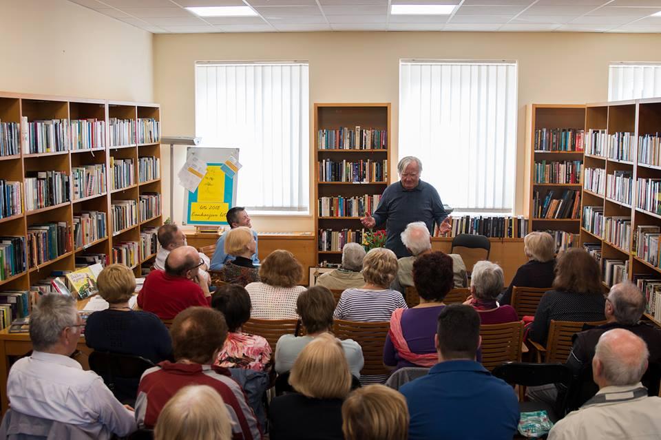Ljudje iz Maribora v Knjižnici Šentilj -pisatelj in številno občinstvo.jpg