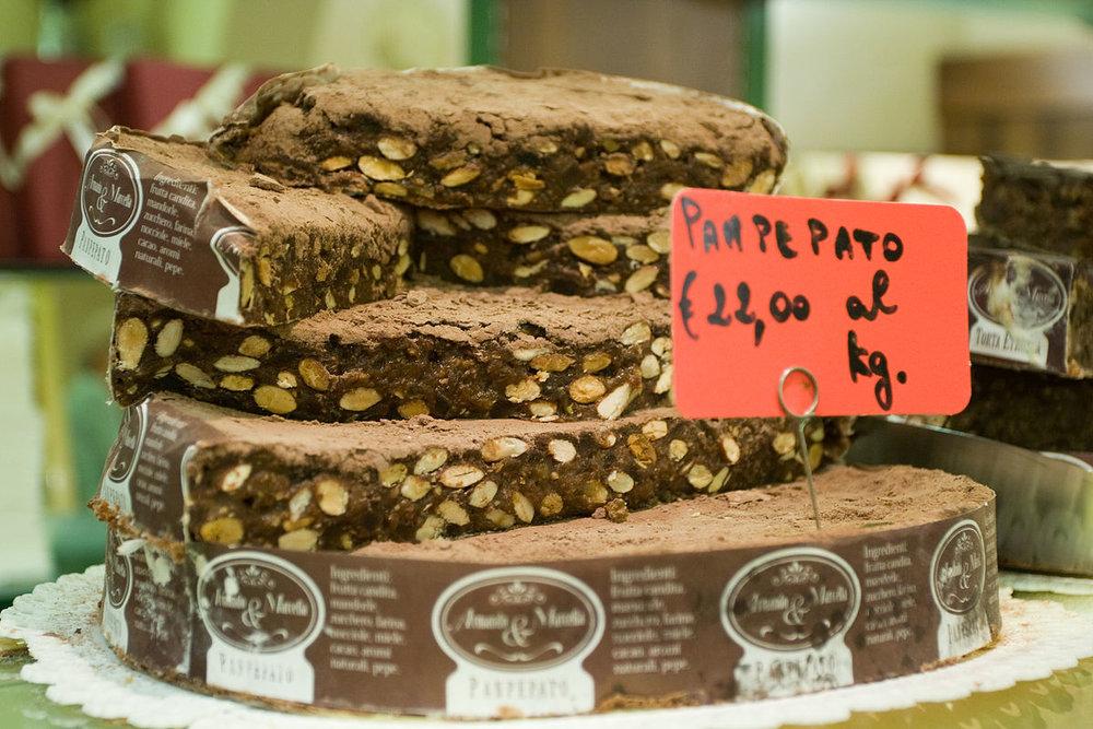 Panpepato_at_a_shop_in_San_Gimignano.jpg