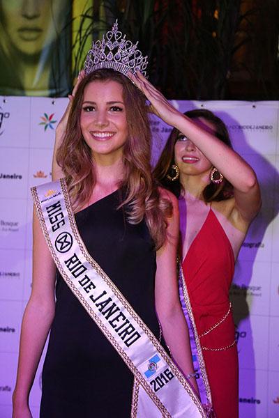Carolina Ermel é coroada por Viviane Soares (foto Leonardo Rodrigues)