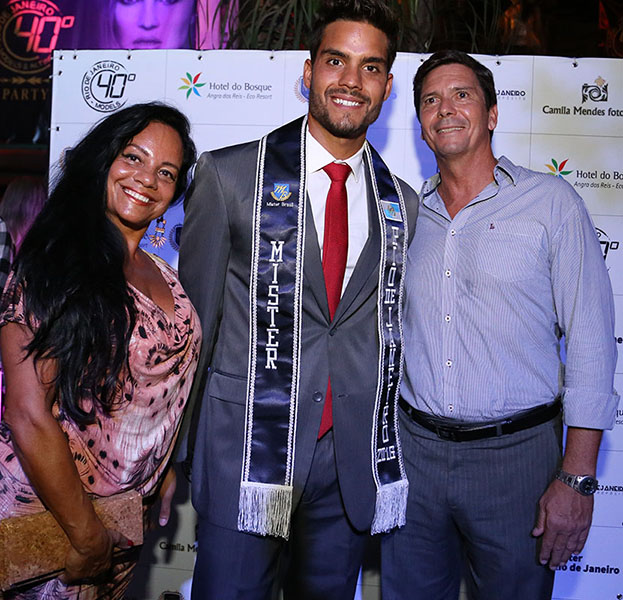 O Mister Rio de Janeiro 2016 entre os pais. A mãe, Iara Meirelles, participou do Miss Rio de Janeiro 1975.