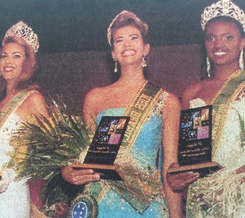 Paula Carvalho (c) foi eleita Miss Brasil World 1999 e competiu em Londres.