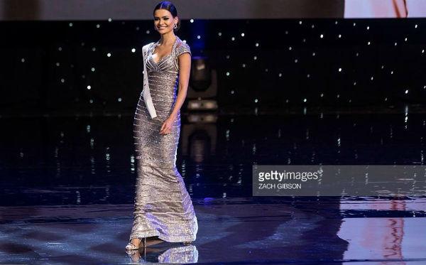 A Miss Brasil Beatrice Fontoura deu um verdadeiro show de elegância trajando uma espetacular criação de Alexander Gonzales (Getty Images, Zach Gibson).