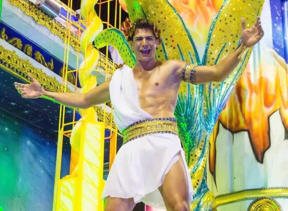 O Mister Brasil 2016 Carlos Franco arrancou suspiros ao passar em carro alegórico da Acadêmicos do Tucuruvi: um verdadeiro deus grego! (créditos Mister Shadow/ASI/Destac Assessoria):