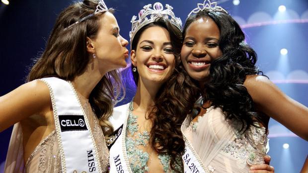 Miss África do Sul 2017 e suas princesas. A vencedora já é apontada como uma das favoritas ao título de Miss World 2017.