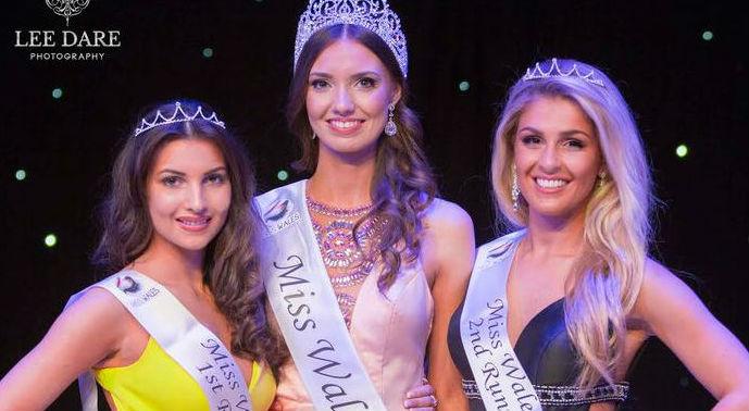 A nova Miss País de Gales, ao centro, e sua corte.