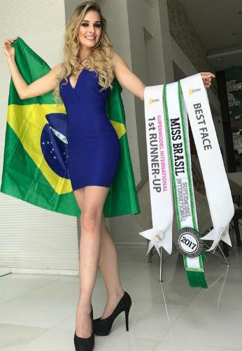 Orgulho nacional: Katherin exibe as faixas conquistadas (foto divulgação).