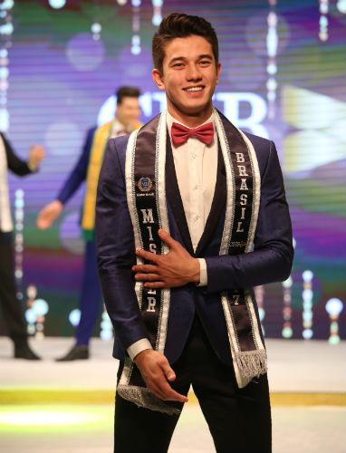 O catarinense Matheus Song logo após ter sido eleito Mister Brasil CNB 2017, no Hotel do Bosque (foto Leonardo Rodrigues)