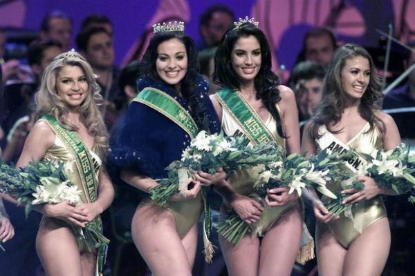 Grazzi Massafera, hoje atriz Global, a terceira colocada; a gaúcha Fabiane Niclotti venceu e foi a Miss Universo; o segundo lugar da mineira Iara Coelho lhe garantiu o título de Miss Brasil World 2004; a amazonense Priscilla Meirelles, quinta colocada (cortesia G1)