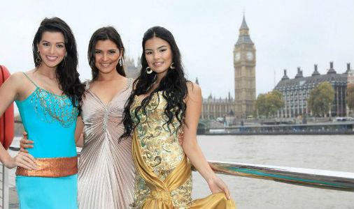 Juceila Bueno (e) e outras candidatas a Miss Mundo 2011 em Londres.