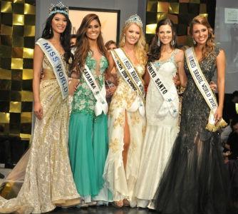 Da esquerda para a direita: Miss Mundo 2012 Wenxia Xu, da China,Tainara Latenik (SC), terceiro lugar, Sancler Frantz (Ilha dos Lobos-RS), Miss Brasil World 2013, Raquel Benetti (ES), vice-Miss Brasil World 2013, Mariana Notarângelo, Miss Mundo Brasil 2012 (foto Estúdios Xis).