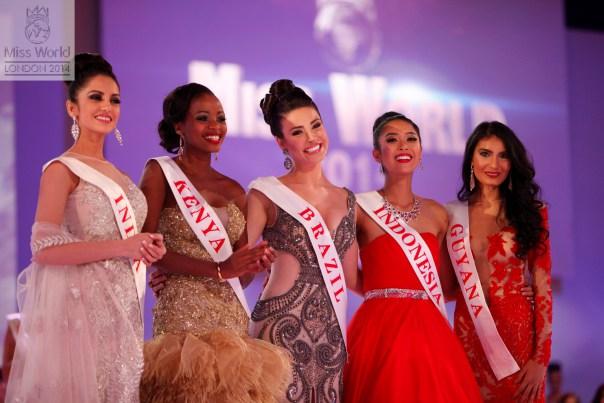 """Em 2014 o Miss Mundo anunciou 5 ganhadoras do """"Beleza com Propósito"""". A brasileira Julia Gama foi uma delas."""