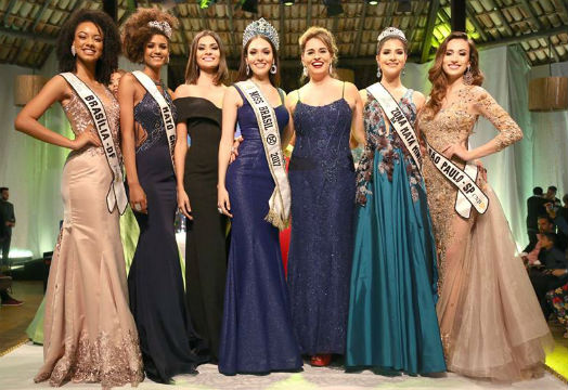 Miss Brasil Mundo 2017 Gabrielle Vilela cercada por Suzy Rêgo, Beatrice Fontoura e sua corte (foto Leonardo Rodrigues).