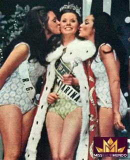 A catarinense Vera (c) é beijada pela gaúcha Ana Cristina (e), nossa representante no Miss Mundo 1969.