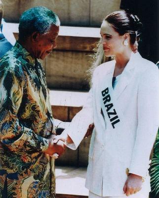 Miss Brasil Mundo 1995 é cumprimentada por Nelson Mandela, na África do Sul.