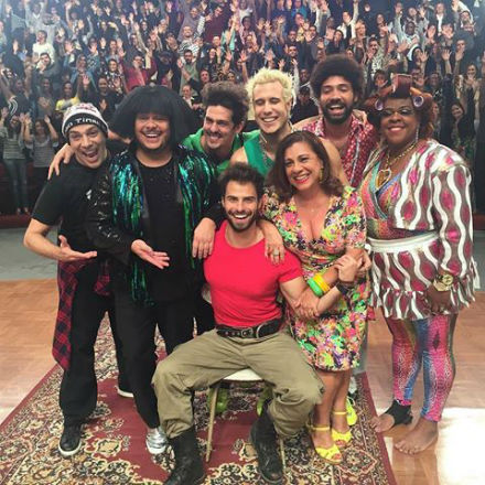 O bombeiro Rômulo de Malvacini e o elenco do campeão de audiência Vai Que Cola.