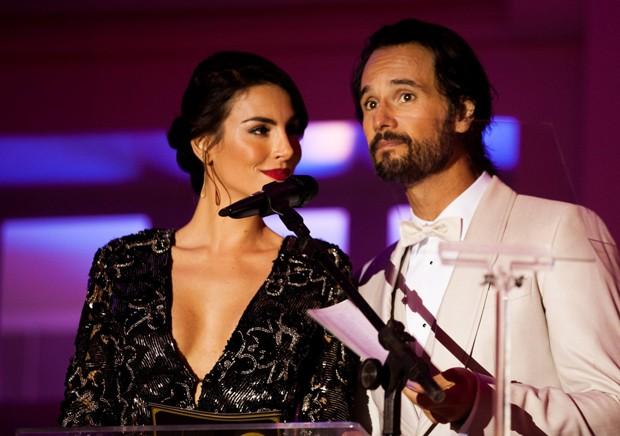 A multi-talentosa Mel Fronclowiak ao lado do companheiro Rodrigo Santoro em apresentação de evento.