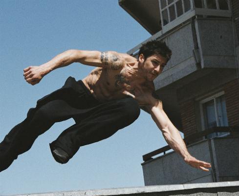 """O ator francês David Belle contracena com Julia Game em """"Tatuagem Invisível""""."""