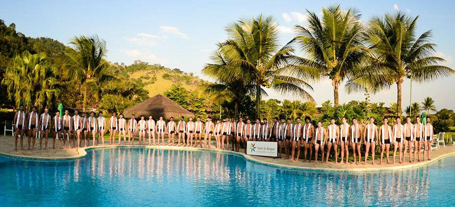 """Candidatos do Concurso Nacional de Beleza 2017 na piscina do Hotel do Bosque, após desfile """"moda praia"""" (foto Aliram Campos)."""