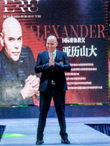Alexander Gonzales está lançando sua marca de cílios postiços: a  JCesar Lashes. A marca patrocinará a viagem dos vencedores do CNB aos EUA.