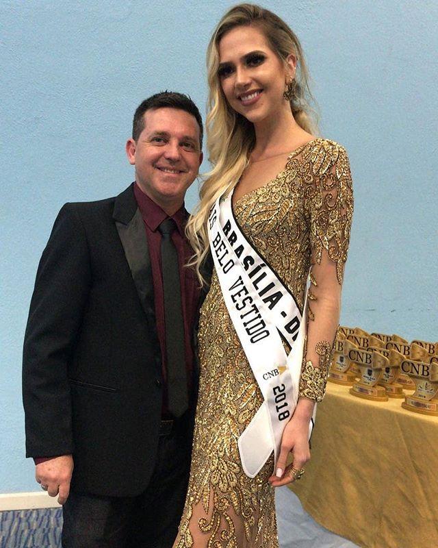 Nosso estilista Flavio Soares  @estilistaflaviosoares elegeu o vestido de Isabela Schott  @isabelaschott, Miss Brasília CNB 2018 como o mais belo do concurso. Parabéns Isabela!  #cnb #concursonacionaldebeleza #missbrasilmundo2018 #missbrasilmundo #missworld #missbrasil #missworldbrazil #belezapelobem #beautywithapurpose #miss #beautyqueen #livitreinamento #redebrasil #ritmomundo #alexanderimage
