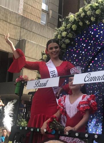 A alegria de Innessa Pontes em desfile em carro aberto pelas ruas de Manizales (foto: Junior Zelaya).