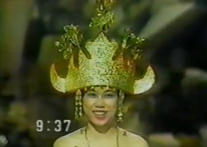 Andi Botenri foi a primeira Miss Indonésia a participar do Miss Mundo, na cidade de Londres, em 1982.