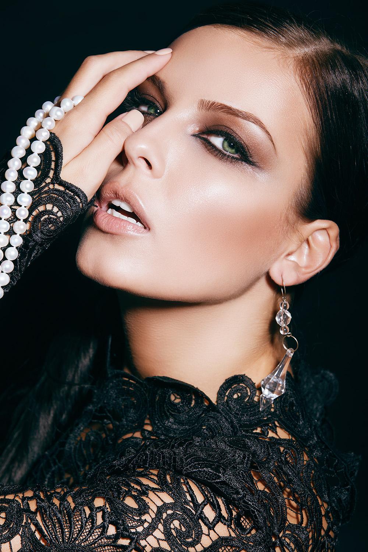 Fotograf: Tiberiu Arsene; Makeup: Marian Tanase; Hairstyle: Constantin Dumitru; Model: Iuliana Nae; Accesorii: Ioana Enache JewelryStudio; Vestimentatie: Alexandra Calafeteanu;