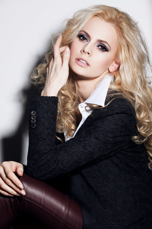 Fotograf: Tiberiu Arsene; Makeup: Marian Tanase; Hairstyle: Constantin Dumitru; Model: Ana Maria Mirica; Styling si accesorii: Rovena Andrei;