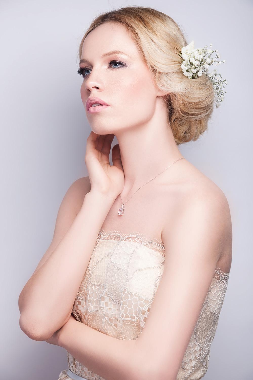 Fotograf: Tiberiu Arsene; Makeup: Irina Mihaita; Hairstyle: Mia Voicu; Styling: Ina Borcea; Beauty editor: Madalina Ionescu; Model: Andreea Cohut;