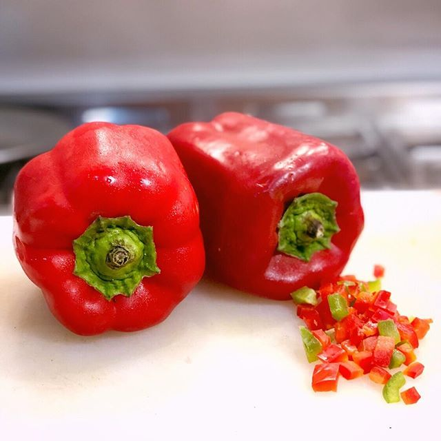 Red bell pepper getting ready for the WOK 🔥🔥🔥#chaufaaeropuerto #arrozchaufa #porkbelly #planchamarina #kamluwantan #quinoachaufa
