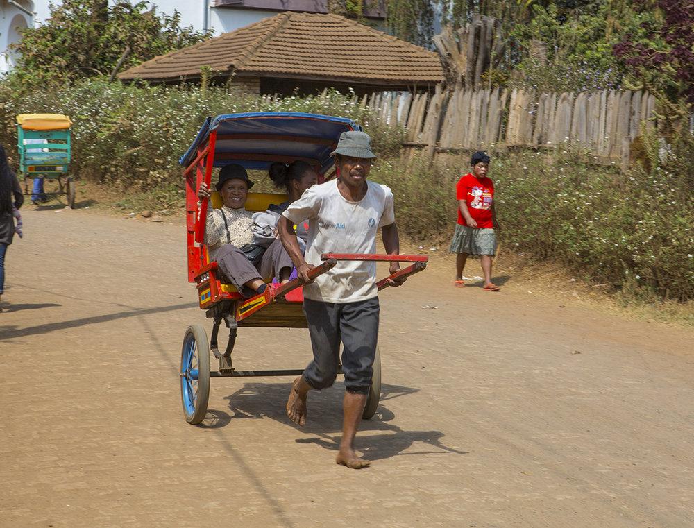 Das Hauptpersonen-  beförderungsmittel  im Land, man fühlt sich nach Asien versetzt.