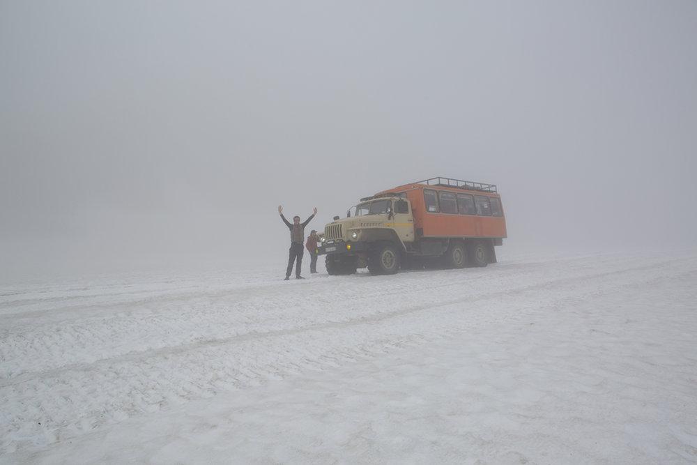 Nach einer mehrstündigen Flussaufwärsfahrt gelangten wir mit dem Ural auf diesen Gletscher.